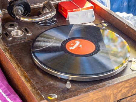 Old vintage turntable with a vinyl record Banque d'images