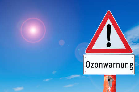 Warning sign ozone warning on blue background in german Stockfoto - 164091824