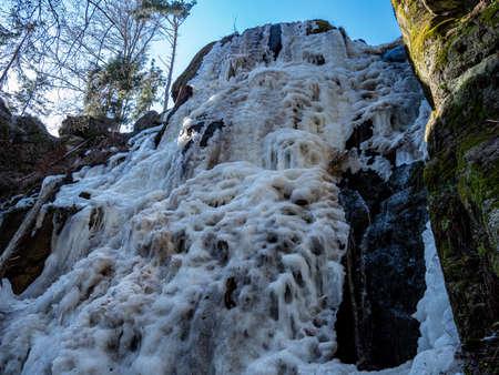 frozen waterfall in winter landscape 免版税图像