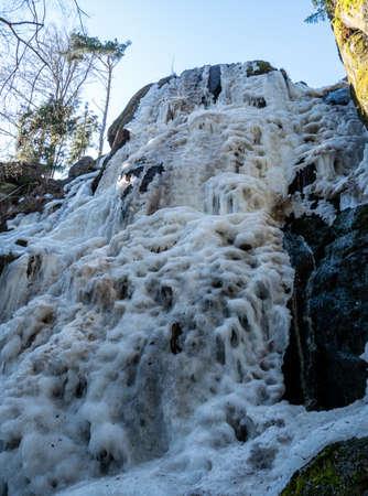 frozen nature waterfall in winter 免版税图像