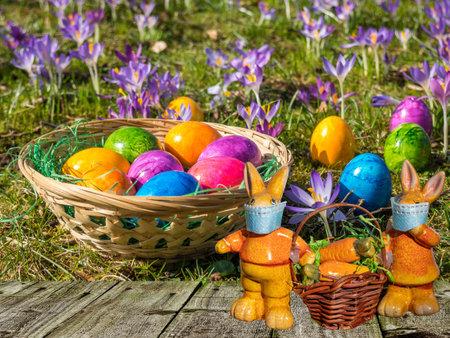 Easter basket with bunnies in the garden 免版税图像