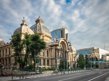 BUKAREST, RUMÄNIEN - 07.20.2018. Palast der Einlagen und Sendungen in Bukarest, Rumänien an einem wolkigen Sommermorgen Editorial