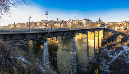 Kamianets-Podilskyi, Ukraine 07/01/2020. Novoplanovsky bridge over the Smotrytsky canyon in Kamianets-Podilskyi on a sunny winter morning 新聞圖片