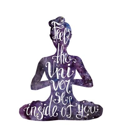Design de letras de ioga de vetor. Slim silhueta feminina com textura de espaço em aquarela e letras. Mulher meditando na posição de lótus - Padmasana. Frase escrita à mão Sinta o universo dentro de você.