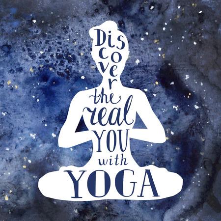 Vector illustratie met letters en heldere ruimte aquarel textuur. Witte vrouwelijke silhouet en handgeschreven zin Ontdek de echte je met yoga. Meditatie in lotushouding - Padmasana.