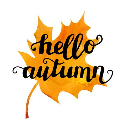 Illustrazione vettoriale di foglia d'acero con frase scritta a mano Ciao autunno. Mano scritta slogan sulla struttura acquerello luminoso isolato su sfondo bianco per il tuo poster, volantino o scheda di progettazione