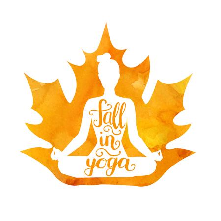Autunno nello yoga. Illustrazione vettoriale di una figura femminile con una foglia d'acero acquerello e scritte a mano. Siluetta isolata della donna che medita nella posa del loto Padmasana Archivio Fotografico - 86387397