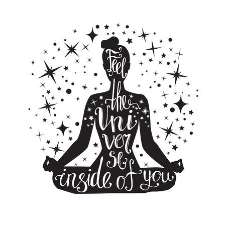 あなたの中の宇宙を感じる。手の文字ベクトル ヨガ イラスト。手書き見積もりと装飾的な星と黒の女性のシルエット。