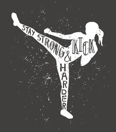 Blijf sterk en trap harder. Zwart-wit vectorillustratie met vrouwelijke silhouet, hand belettering en grunge textuur. Typografieontwerp met geïsoleerde slanke kickboksende vrouw.