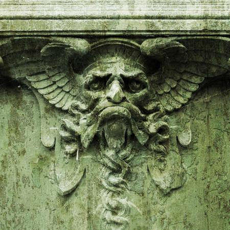 Devil sur une porte (la texture granuleuse grunge)