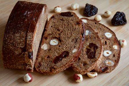 frutas deshidratadas: black bread with nuts and dried fruits on the table Foto de archivo