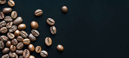 roasted coffee beans on black background with space for text, macro Stockfoto