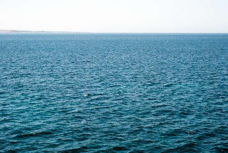 encrespado: extensi�n de agua de mar agitado azul con horizonte en calma