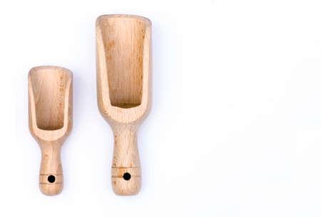dosaggio: Due palette di legno una media e una grande occasione come dosaggio, isolato su sfondo bianco