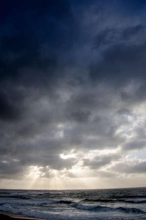 mare agitato: splendido paesaggio di mare mosso con cielo nuvoloso dalla tempesta e scoppio di luce Archivio Fotografico
