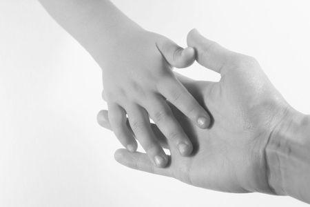 mani unite: Madre e il Bambino - adulti e bambini con le mani insieme. Immagine in bianco e nero su sfondo bianco.
