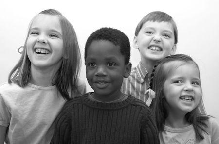 ni�os de diferentes razas: Cuatro hermosos ni�os sonrientes para la c�mara.