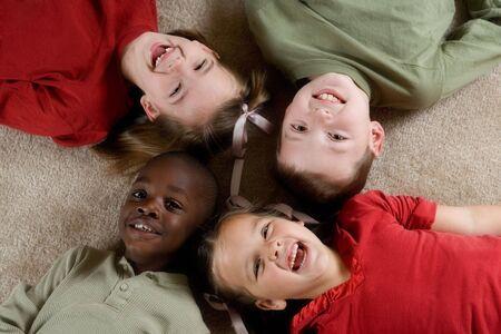 la société: Série de diversité - quatre enfants jouant ensemble. Banque d'images