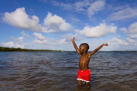 Spelende kinderen op het strand.