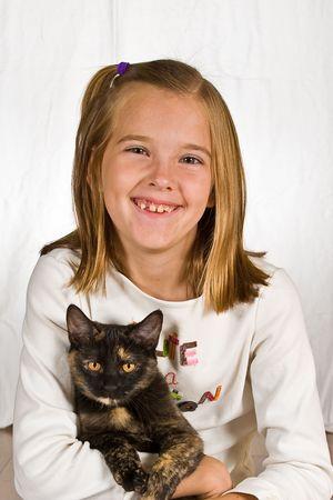 Pretty little girl holding her pet cat. 版權商用圖片