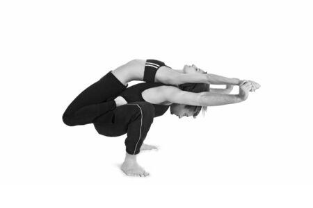 Hombres y mujeres gimnastas practicar un complejo doble yoga plantean.  Foto de archivo - 3082480