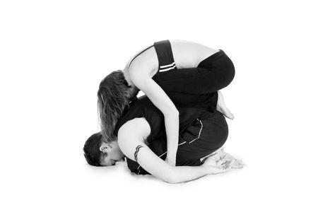 Hombres y mujeres gimnastas practicando una compleja doble yoga pose. Foto de archivo - 3082495