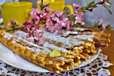 petit dejeuner romantique: Petit-d�jeuner romantique avec des plaquettes et des fleurs