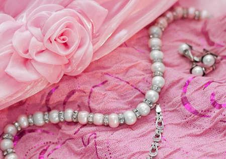 perle rose: Gros plan de l'argent perle bijoux Banque d'images
