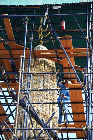 schnitzer: Carver wiederherzustellen Chedi im Wat Thepthidaramvaraviharn Bangkok Thailand Lizenzfreie Bilder