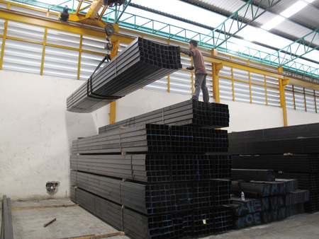 Working with Crane over head in Steel warehouse   報道画像