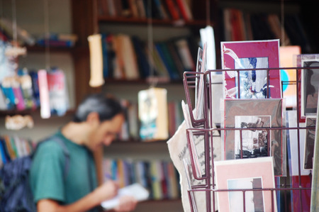 Postal a Book Store en Luang Prabang Ciudad en la República Democrática Popular Lao Loas s Foto de archivo - 26879816