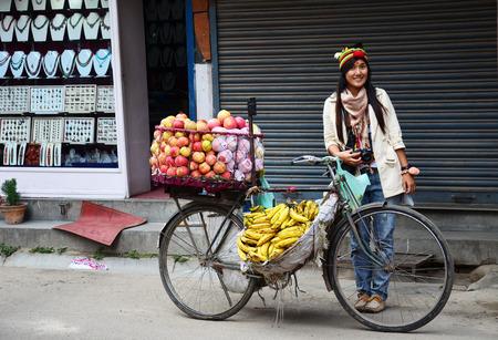 Traveler Thai woman with Bicycle Fruit Shop or greengrocery at Thamel market street Kathmandu Nepal Banque d'images
