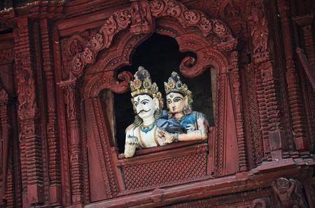 tallado en madera: Woodcarving en la Plaza de Durbar en Katmand� Nepal Foto de archivo