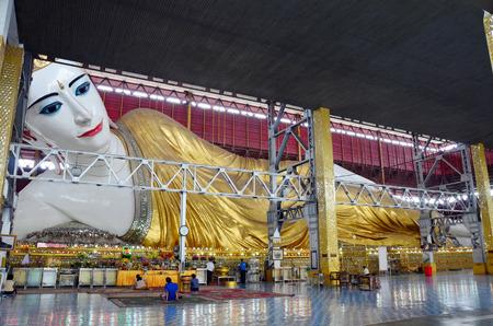 Kyauk Htat Gyi Reclining Buddha or Chauk Htat Gyi Reclining Buddha Image at Kyauk Htat Gyi Pagoda in Yangon, Burma  新聞圖片