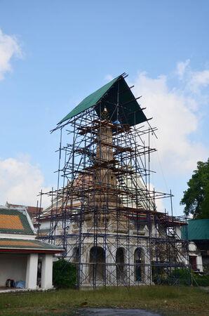 schnitzer: Carver wieder herzustellen und zu reparieren Chedi im Wat Thepthidaramvaraviharn Tempel in Bangkok Thailand Lizenzfreie Bilder