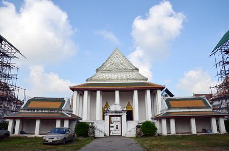 trinchante: Carver restaurar y reparar estupa en el templo Wat Thepthidaramvaraviharn en Bangkok Tailandia