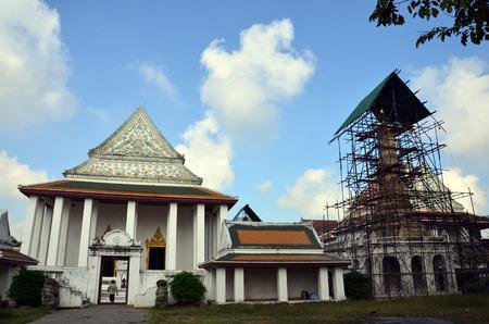 carver: Carver restaurar y reparar estupa en el templo Wat Thepthidaramvaraviharn en Bangkok Tailandia