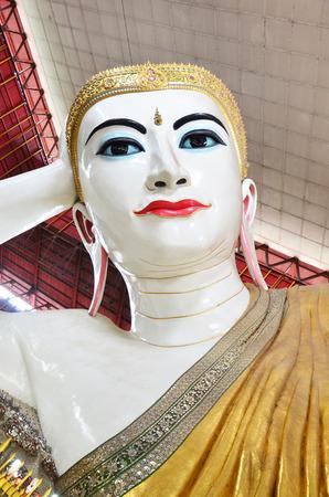 Kyauk Htat Gyi Reclining Buddha or Chauk Htat Gyi Reclining Buddha Image at Kyauk Htat Gyi Pagoda in Yangon, Burma. 版權商用圖片