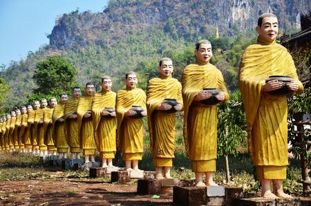 bouddha: Image de Bouddha statue Birmanie style au monast�re de Ta Ya Tai ou Sao Roi Ton Temple de Payathonsu dans le sud de l'Etat Kayin, Myanmar.