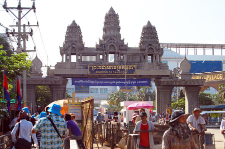 Travelers and Cambodian people walking through the border to Cambodia on April 12, 2009 in Poipet, Cambodia. 報道画像
