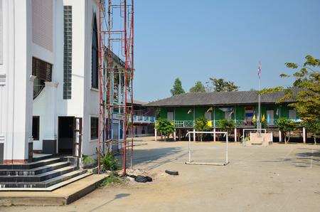 escuela edificio: Ni�os Escuela de campo en Tailandia Foto de archivo