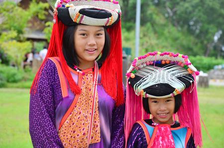 土井 Kiew Lom サービスを待っている、子供のもん族の旅行者は 2014 年 7 月 13 日メーホンソン、タイの上に写真を撮る。 報道画像