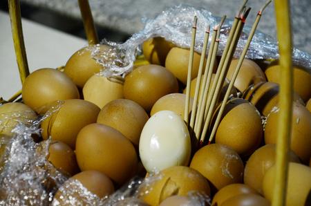 sacrificio: Huevo de gallina hervida por oblaci�n Marca y ofrendas y sacrificios a los esp�ritus Foto de archivo