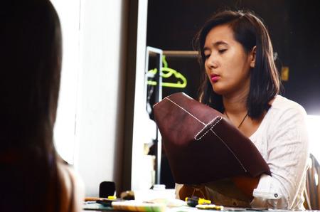 craftsman: Mujer de costura hechas a mano tailandesas bolsa de cuero en el taller Foto de archivo