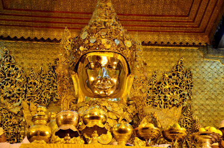 Ritual commences every morning at 4 am when monks wash the face and brush the teeth of the Buddha image at Maha Myat Muni Paya on May 19. 2015 in Mandalay, Myanmar. Banque d'images