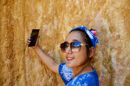 pis: Mujeres tailandesas selfie por teléfono móvil en Phae Mueang Phi de Pae Mueng Pee Royal Park en Phrae, Tailandia Foto de archivo