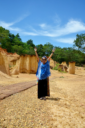 pis: Retrato de la mujer tailandesa y sentimiento de felicidad en Phae Mueang Phi de Pae Mueng Pee Royal Park en Phrae, Tailandia