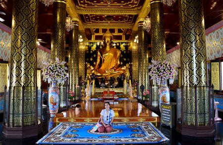 thai people: Thai people praying Buddha statue name Phra phuttha chinnarat at Wat Phra Sri Rattana Mahathat  on August 28, 2015 in Phitsanulok, Thailand Editorial