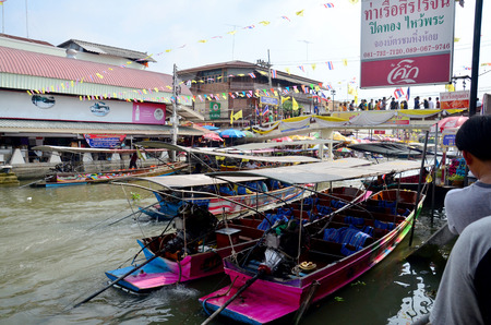 amphawa: People and boat sell food for traveler at Amphawa Floating Market on December 6, 2015 in Samut Songkhram, Thailand