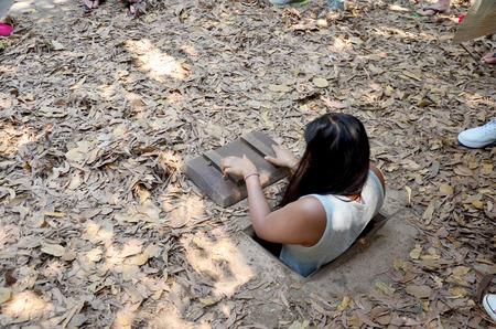 旅行ホーチミン、ベトナムのクチトンネルでトンネルに入るを再生しようとする人します。 報道画像